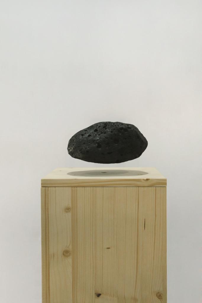Nils Guadagnin, Hanging stone, 2014 Mousse polyuréthane, bois, électroaimant, 28 x 28 x 125 cm